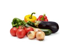 Tragtasche füllen mit Rispentomaten, Zucchetti, Auberginen, Zwiebeln gelb, Peperoni rot, gelb und grün